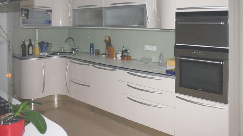 Именно в дизайне кухонного пространства выражается понимание жилого помещения одной семьи. У нас большой опыт в дизайне кухонного интерьера и кухонной мебели.
