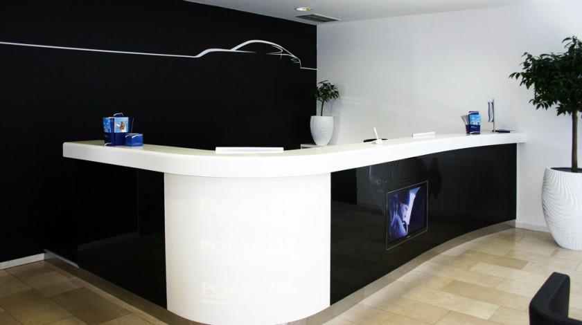 Modernes Design kennt keine leeren und ungenutzten Räume im Raumdesign. Alles im Raum stimmt miteinander überein, hat seine Funktionalität und bietet ein ästhetisches Erlebnis.