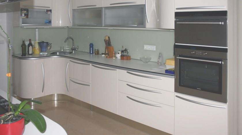 Kuhinja i kuhinjski prostor su bitno određeni organizacijom cjelokupnog stambenog prostora s jedne strane, te ulogom kojom mora ispuniti zahtjeve kvalitetnog funkcioniranja obitelji.